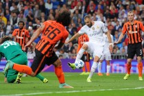 MADRID, SPAIN - SEPTEMBER 15:  Karim Benzema of Real Madrid beats Andriy Pyatov of Shakhtar Donetsk to score Real's opening goal during the UEFA Champions League Group A match between Real Madrid and Shakhtar Donetsk at estadio Santiago Bernabeu on September 15, 2015 in Madrid, Spain.  (Photo by Denis Doyle/Getty Images)
