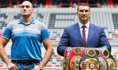 epa04855472 Ukranian WBA, WBO, IBO and IBF heavyweight world champion boxer Wladimir Klitschko (R), holds up his belts as he poses next to his British contender Tyson Fury at the Esprit Arena in Duesseldorf, Germany, 21 July 2015. Klitschko faces Tyson Fury in a title bout on 24 October 2015 in Duesseldorf.  EPA/ROLF VENNENBERND