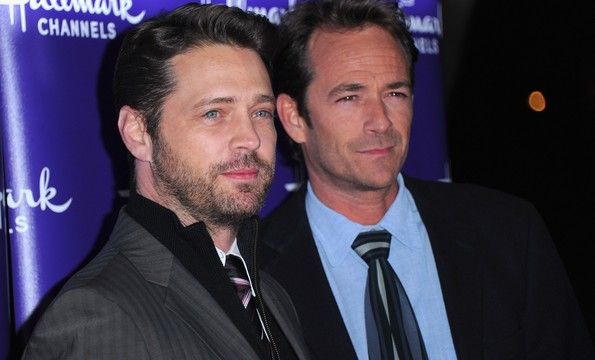 PASADENA, CA - JANUARY 07: Director Jason Priestley and actor Luke Perry arrive to Hallmark Channel's 2011 TCA Winter Tour Evening Gala on January 7, 2011 in Pasadena, California. (Photo by Alberto E. Rodriguez/Getty Images)