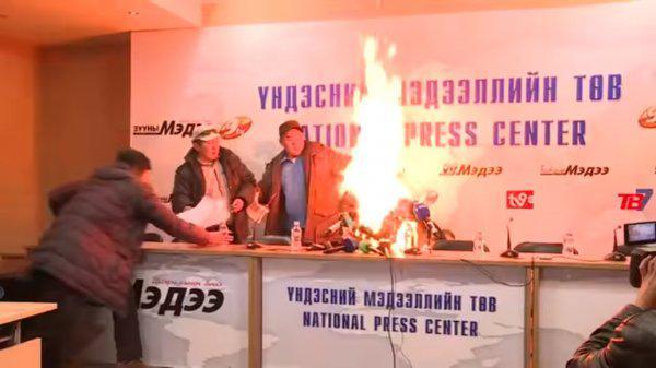 1447590558_glava-profsoyuza-v-mongolii-ustroil-samosozhzhenie-pered-zhurnalistami