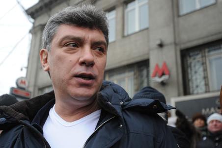 """ITAR-TASS: MOSCOW, RUSSIA. FEBRUARY 26, 2012. Co-chairman of Solidarnost movement Boris Nemtsov takes part in a flashmob """"The Big White Ring"""" in support of fair elections. They stand in a human chain, holding their hands, along the Garden Ring road in central Moscow. (Photo ITAR-TASS / Sergei Fadeichev) Ðîññèÿ. Ìîñêâà. 26 ôåâðàëÿ. Ñîïðåäñåäàòåëü äâèæåíèÿ """"Ñîëèäàðíîñòü"""" Áîðèñ Íåìöîâ âî âðåìÿ àêöèè """"Áîëüøîé áåëûé êðóã"""", îðãàíèçîâàííîé äâèæåíèåì """"Çà ÷åñòíûå âûáîðû"""", ó ñòàíöèè ìåòðî """"Ìàÿêîâñêàÿ"""". Ôîòî ÈÒÀÐ-ÒÀÑÑ/ Ñåðãåé Ôàäåè÷åâ"""