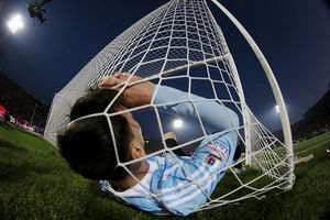 Argentina's Lionel Messi falls in the net during the Copa America 2015 final soccer match against Chile at the National Stadium in Santiago, Chile, July 4, 2015.  Ôîòî: REUTERS/Ivan Alvarado SEARCH - MOST POPULAR INSTAGRAM - FOR ALL 25 IMAGES