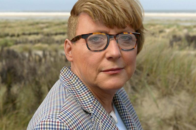 CDU-Chefin Angela Merkel wandert am Mittwoch (25.08.2004) ¬∏ber die ostfriesische Insel Borkum (Kreis Leer). Merkel besuchte die grÀÔ¨te ostfriesiche Insel und die Nordsee im Rahmen ihrer Innovations- und Sommertour 2004. Foto: Ingo Wagner dpa/lni