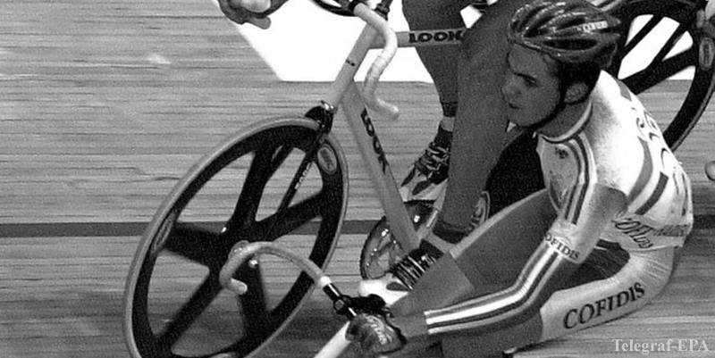BRU99 - 20010930 - ANTWERP, BELGIUM : French Jerome Neuville (R) and Robert Sassone (L) in action on the men's Madison 60 km at the World Track championships in Antwerp, Sunday 30 September 2001. The French won the gold medal ahead of Argentina and Spain. EPA PHOTO BELGA/YVES BOUCAU