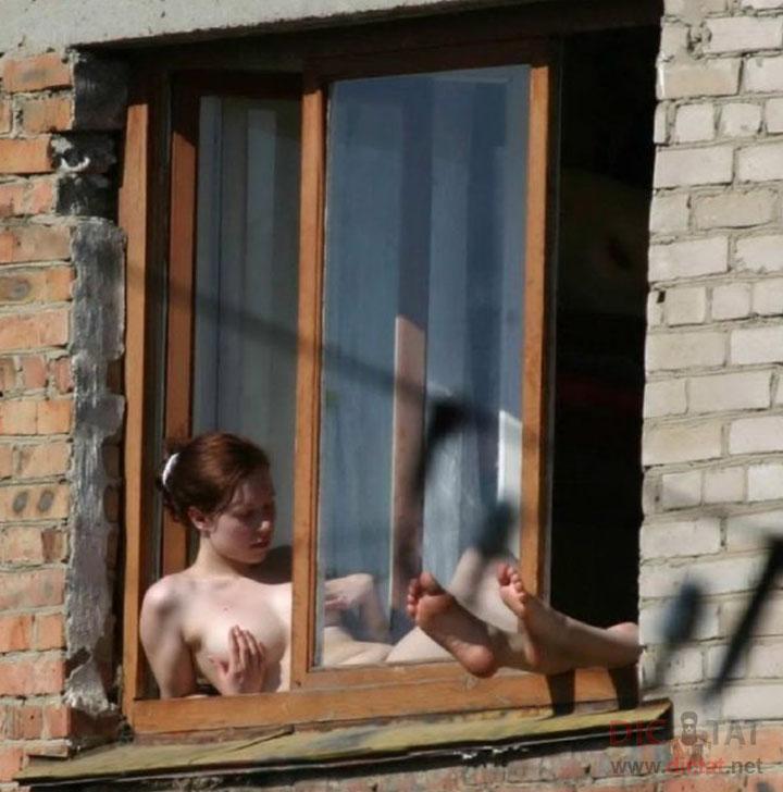 Наблюдает в окно за голой девушкой фото 65-811