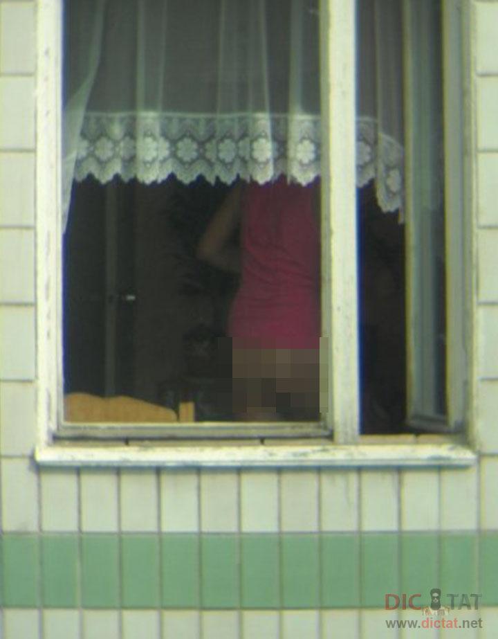 golaya-v-okne-kvartiri