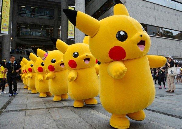1439579662_tysyachi-pikachu-na-ulicah-yaponskogo-goroda-yokogamy-2