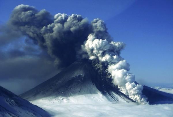 1469799830_na-alyaske-samyy-moschnyy-vulkan-gotovitsya-k-izverzheniyu