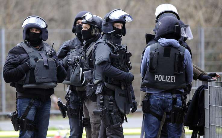epa03650595 Members of German special police forces (SEK) prepare for an operation at a day care center, in which people have been taken hostage, in Cologne, Germany, 05 April 2013. The head of a daycare facillity for children is being held hostage by an attacker armed with a knife, while the children are safe, police announced.  EPA/MARIUS BECKER