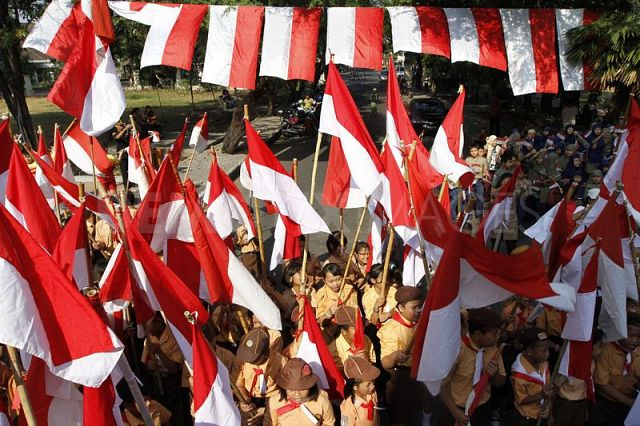 1344672297-students-fly-indonesian-national-flags-honoring-independence-day_13820867Bero