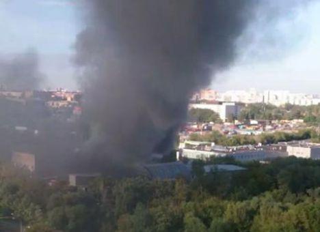 В Москве полыхает пожар в здании, где осталась беременная девушка (ФОТО)