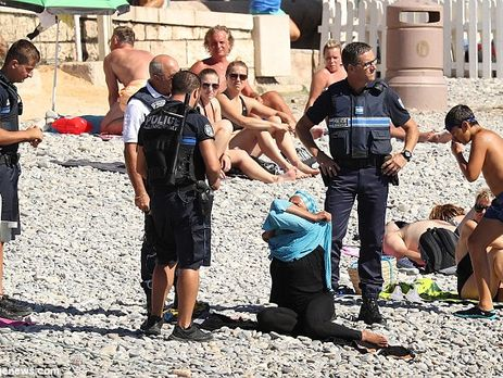 БуркиниVS бикини: воФранции выступили против ношения мусульманских купальных костюмов