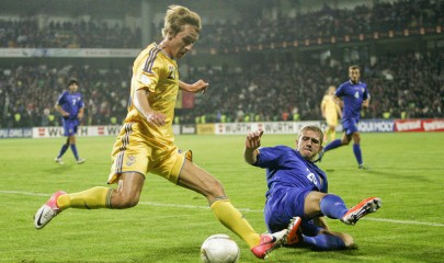 epa03430726 Bogdan Butko (L) of Ukraine vies for the ball with Alexandru Dedov (R) of Moldova during the FIFA World Cup 2014 qualification soccer match between Modova and Ukraine at Zimbru Stadium in Chisinau, Moldova, 12 October 2012.  EPA/DUMITRU DORU
