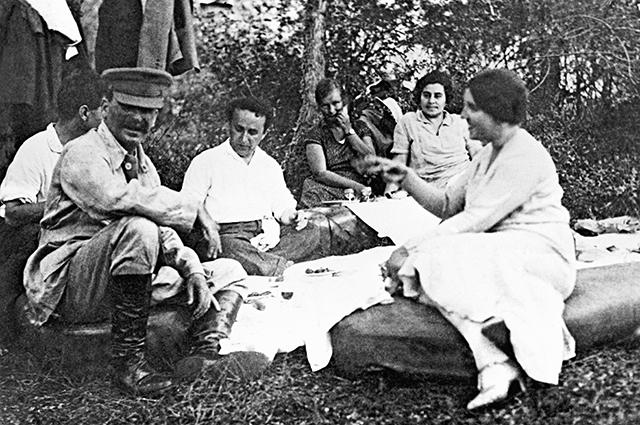 187265 03.07.1921 И.В.Сталин (сна первом плане слева) с женой Надеждой Аллилуевой (справа) на пикнике в лесу с друзьями. Начало 1920-х годов. Фото из личного архива Е.Коваленко. РИА Новости/РИА Новости