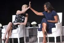 showbiz-charlize-theron-michelle-obama-high-five