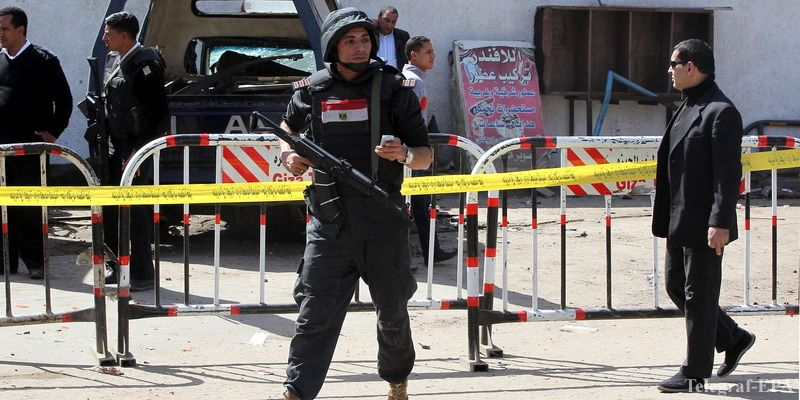 epa04637912 Egyptian police stand guard near a police station that was targeted by a homemade bomb, in Cairo, Egypt, 26 February 2015. One person was killed and at least seven people were injured in a series of bombings in Cairo early 26 February. Some four homemade bombs exploded in residential areas, while one blast targeted a police station.  EPA/KHALED ELFIQI