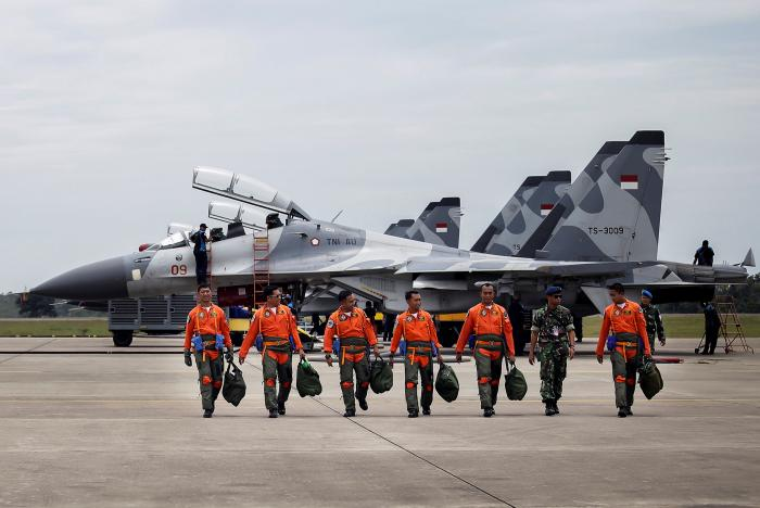 Indonesian Air Force Sukhoi fighter pilots and crew walk across the tarmac after training for an upcoming military exercise at Hang Nadim Airport, Batam, Riau Islands, Indonesia October 3, 2016 in this photo taken by Antara Foto. Picture taken October 3, 2016. Antara Foto/M N Kanwa/ via REUTERS
