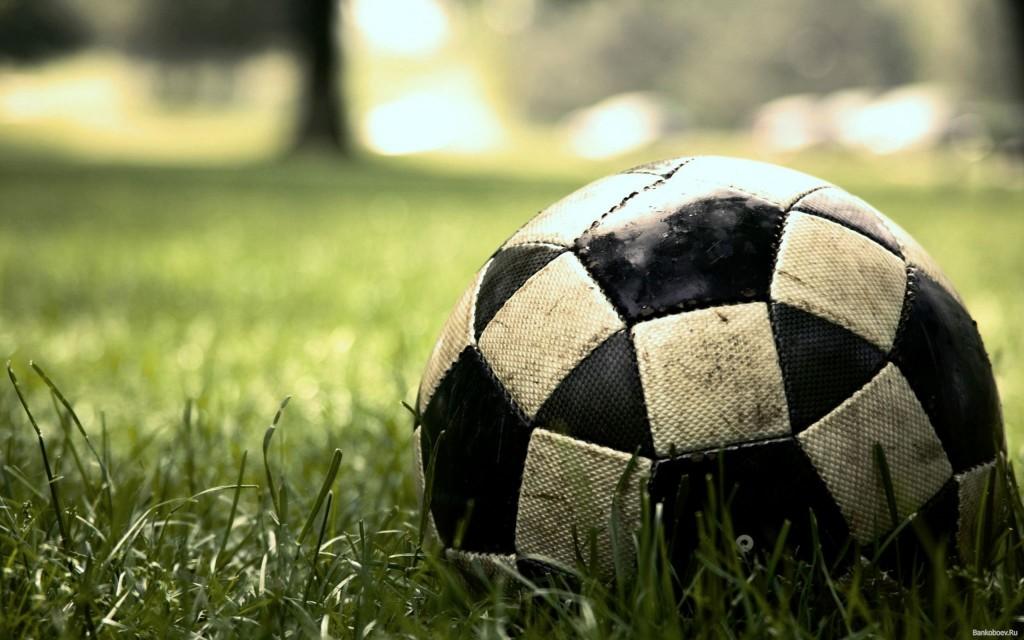futbolnyi_myach_lezhit_na_zelenom_pole