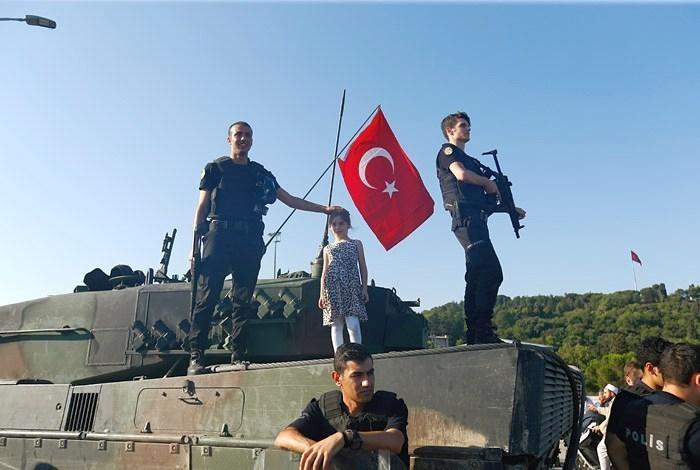 otgoloski-voennogo-perevorota-v-turcii-otstraneny-pochti-13-tys-policejskix