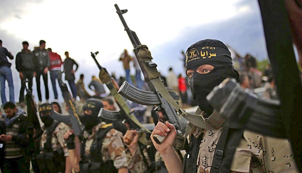 GAZ03 KHAN YOUNIS (-), 11/03/2014. Varios militantes de la yihad islámica alzan las armas durante un funeral de tres de sus miebros en la ciudad Khan Younis, en el sur de la franja de Gaza, hoy, martes 11 de marzo del 2014. Tres militantes de este grupo armado fueron asesinados durante un ataque aéreo israelí en dicha ciudad como represearia al ataque de los combatientes con morteros, según confirmó el ejército israelí. EFE/Mohammed Saber