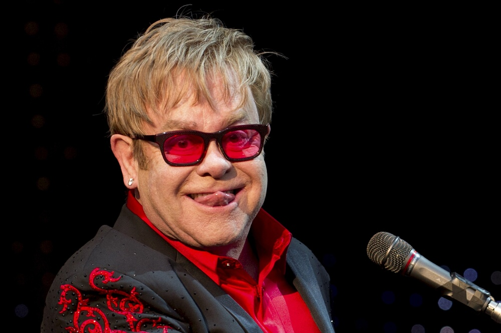ARCHIV - Der britische Sänger und Musiker Elton John tritt zum Start seiner Tournee in Wetzlar anlässlich des Hessentages auf (Archivbild vom 01.06.2012). Z wie Zeremonie zum Schluss: Bei der Schlusszeremonie der Olympischen Spiele in London wird mit Popmusik, einem der größten britischen Exporterfolge, nochmals richtig gefeiert. Foto: Emily Wabitsch dpa (zu dpa 0250 vom 11.08.2012)  +++(c) dpa - Bildfunk+++
