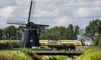De Molens in de Tweemanspolder met op de achtergrond een NS-trein, type VIRM. Foto Photo Republic / Marco De Swart