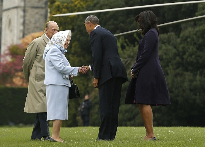 US President Barack Obama (2R) and his wife US First Lady Michelle Obama (R) are greeted by Britain's Queen Elizabeth II (2L) and Prince Philip, Duke of Edinburgh, (L) after landing by helicopter at Windsor Castle for a private lunch in Windsor, southern England, on April, 22, 2016.  / AFP PHOTO / POOL / Alastair Grant