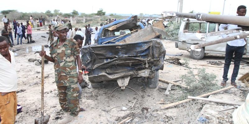 epa05899037 Military personnel at the scene of a suicide car bomb attack outside a military base in Mogadishu, Somalia, 09 April 2017. Early reports state that at least four people died in the attack that was aimed at senior officials leaving the base.  EPA/SAID YUSUF WARSAME