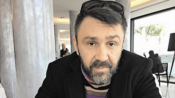 1496663172_sergey-shnurov-zakuril-vo-vremya-razgovora-so-smi-o-zdorove_2