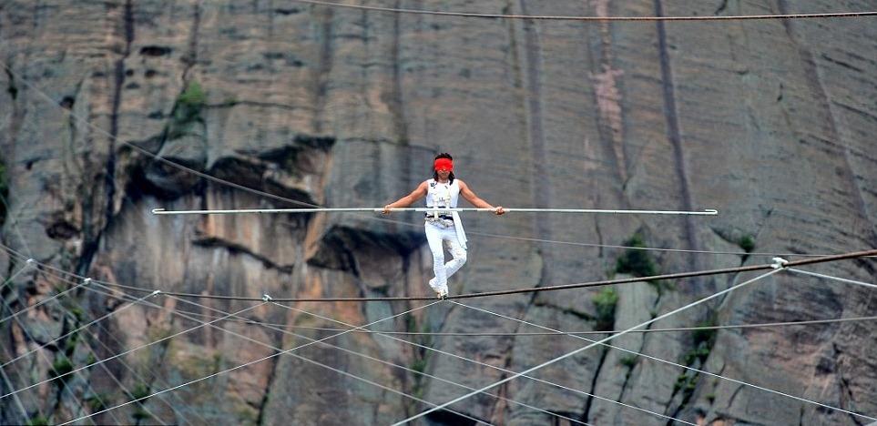 Aisikaier-Wubulikasimu-china-tightrope-acrobat-photos1